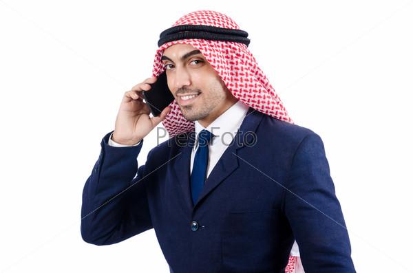 Арабский бизнесмен нажимает на виртуальные кнопки