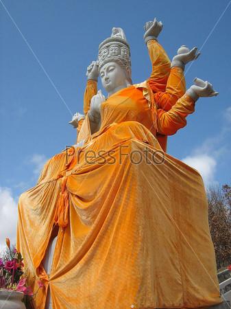 Статуя в буддистском храмовом комплексе в Китае