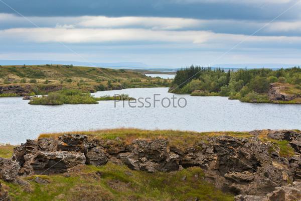Озеро Миватн на севере Исландии в пасмурную погоду