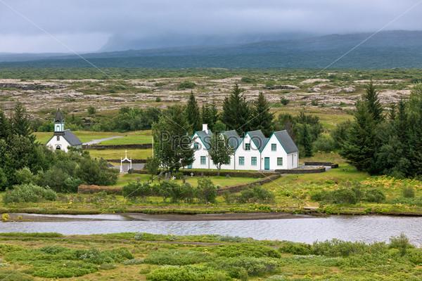 Сельская церковь, кладбище и дома в парке Тингветлир, Исландия