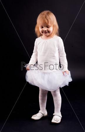 Двухлетняя девочка в белом