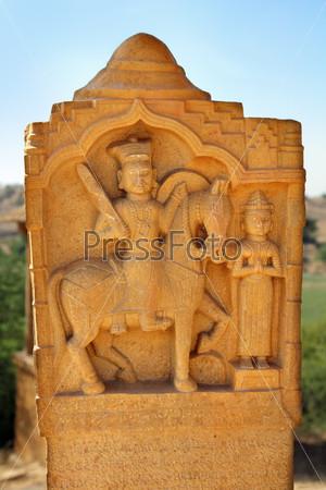 Старая индийская скульптура в кенотафе Бада Баг
