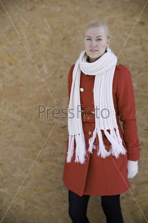 Фотография на тему Молодая женщина позирует на камеру