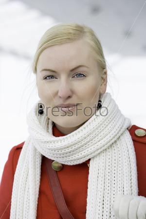 Молодая сероглазая женщина смотрит вперед