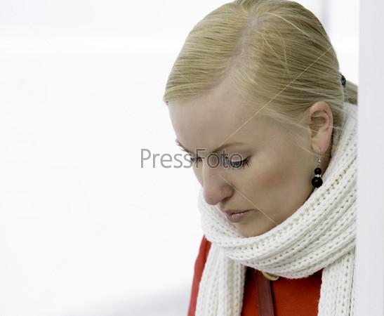Расстроенная молодая женщина