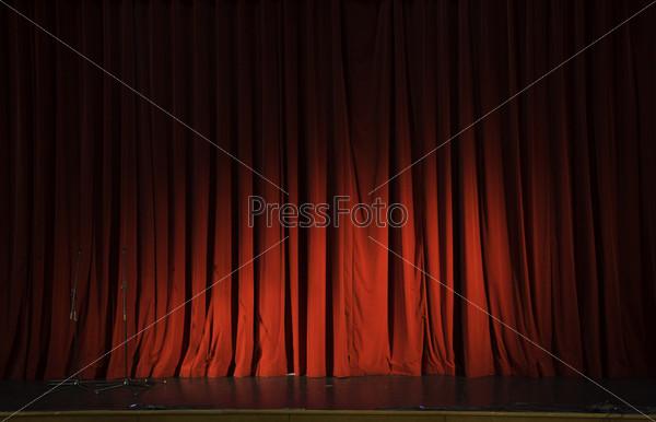 Фотография на тему Освещенный красный занавес