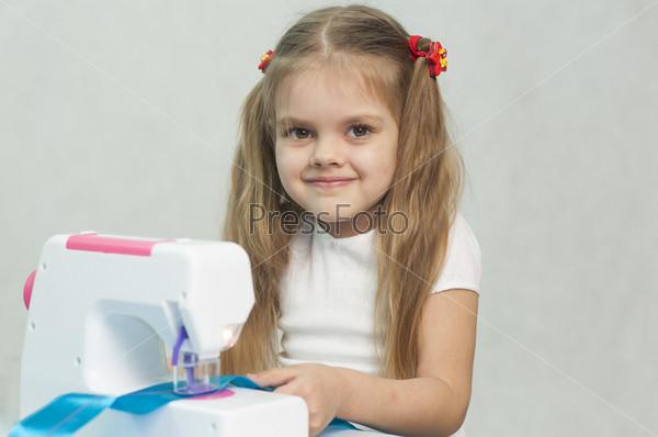 Фотография на тему Девочка шьет на швейной машинке