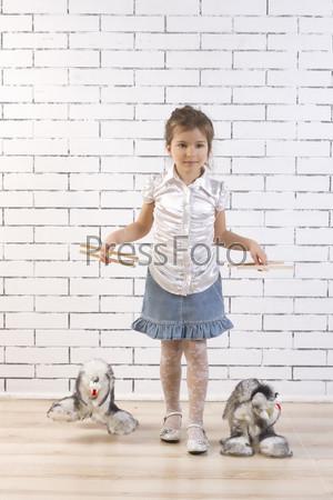 Девочка выгуливает игрушечных собак на поводках