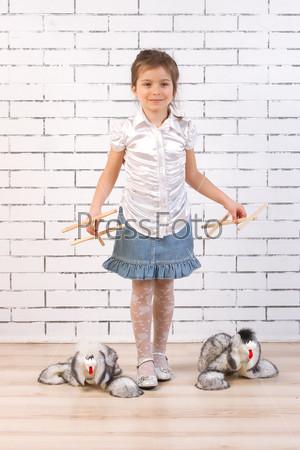 Фотография на тему Девочка выгуливает игрушечных собак на поводках