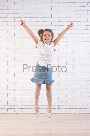 Маленькая девочка в прыжке