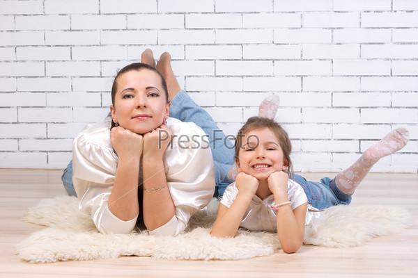 Мать с 5-летней дочерью лежат на полу
