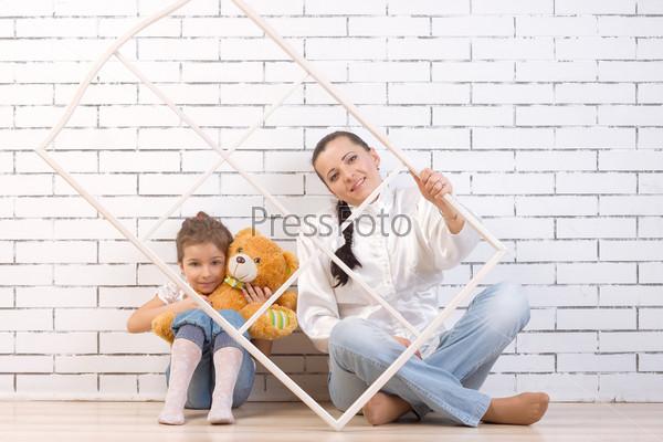 Фотография на тему Мать и 5-летняя дочь с игрушкой