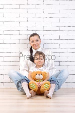 Мать и 5-летняя дочь с игрушкой