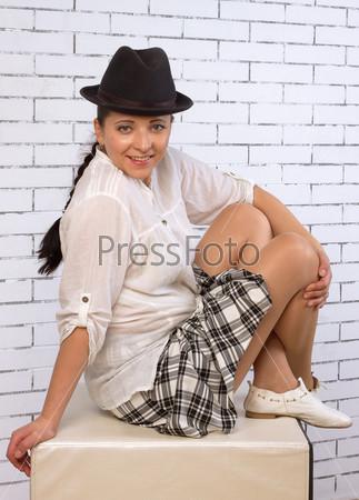 Женщина, сидящая со скрещенными ногами