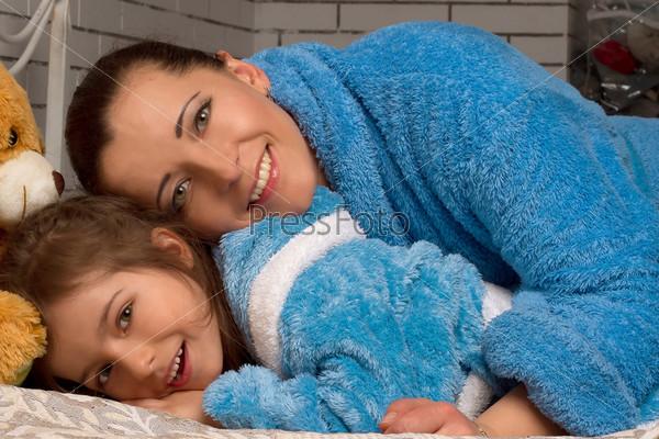 Мать и дочь в одинаковых синих халатах