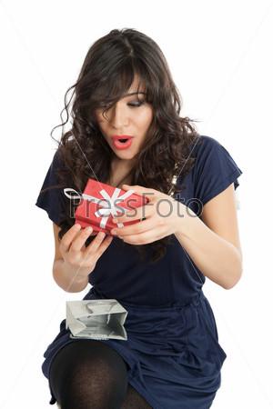 Женщина открывает подарок