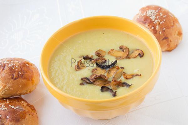 Суп-пюре из лука-порея с жареными нарезанными грибами