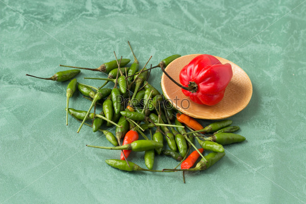 Красный и мелкий зеленый перец