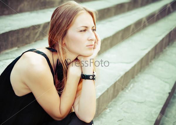 Портрет красивой блондинки на лестнице