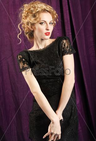 Фотография на тему Элегантная женщина в черном кружевном платье