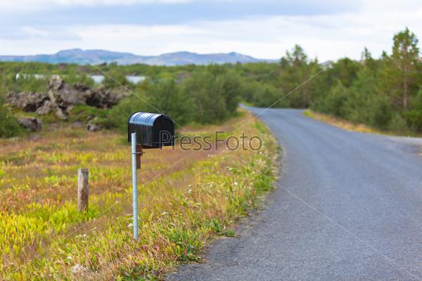 Старый почтовый ящик на сельской дороге в Исландии