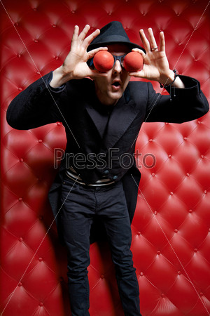 Клоун жонглирует мячами