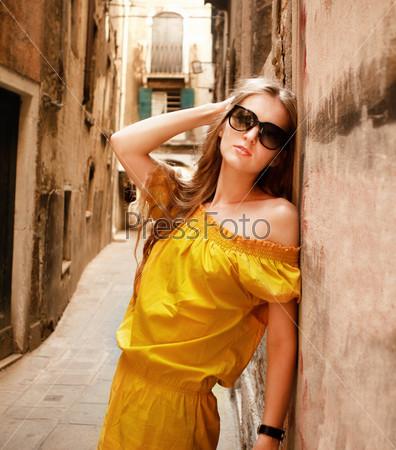 Красивая блондинка на улице старого города