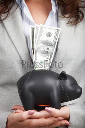 Фотография на тему Бизнеследи с копилкой и купюрами