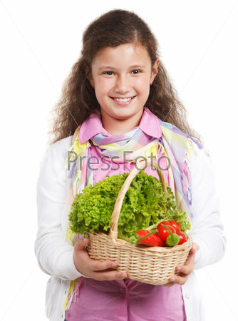 Улыбающаяся девочка с корзиной овощей