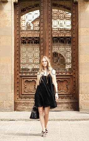 Красивая светловолосая женщина на улице старого города