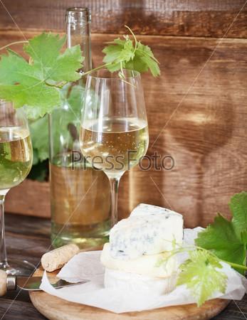 Фотография на тему Бокалы белого вина, бутылка и сыр