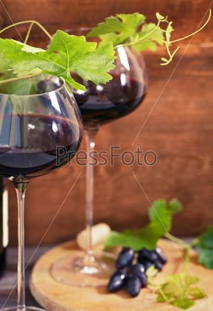 Натюрморт с бокалами красного вина