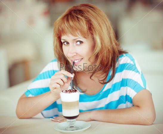 Фотография на тему Улыбающаяся женщина пьет кофе
