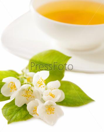 Чашка чая с жасмином, изолированная