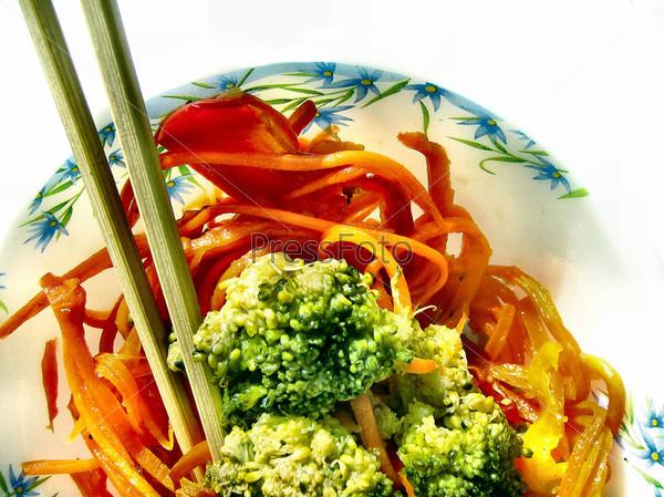 Салат из брокколи с морковью