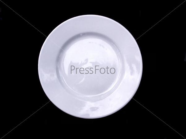 Белая тарелка, изолированная на черном фоне