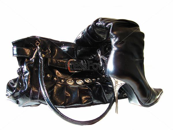 Черная сумка  и сапоги на высокоме каблуке, изолированные