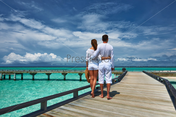 Фотография на тему Пара на пляжном пирсе на Мальдивах