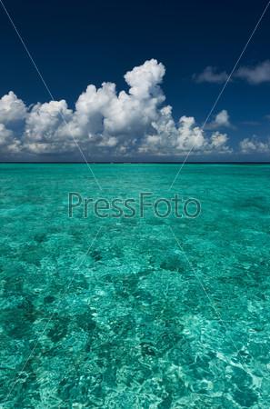 Кристально чистая бирюзовая вода на тропическом пляже