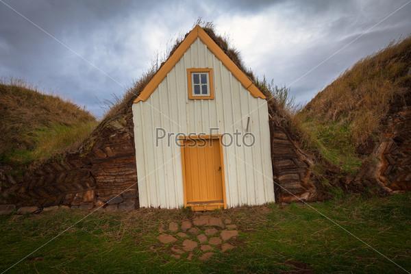 Ряд традиционных торфяных домов в Глаумбаере. Исландия