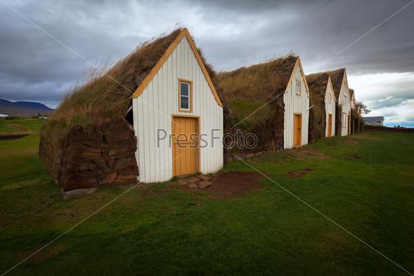 Фотография на тему Ряд традиционных торфяных домов в Глаумбаере. Исландия