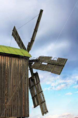 Большая деревянная мельница