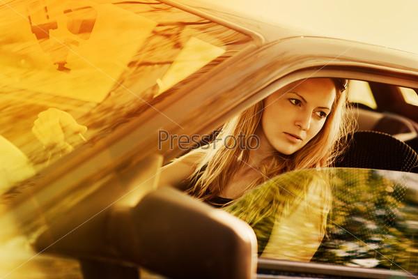 Фотография на тему Красивая молодая сексуальная женщина в автомобиле