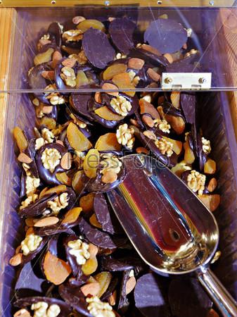 Фрукты, орехи и шоколад