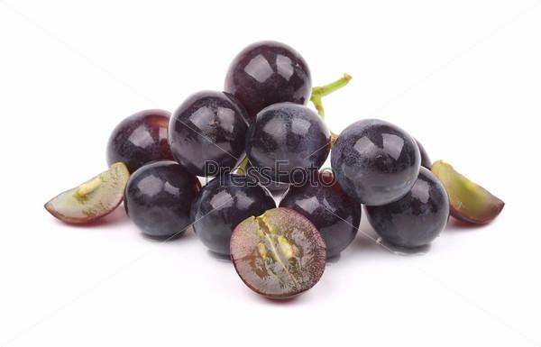 Гроздь винограда, изолированная на белом фоне