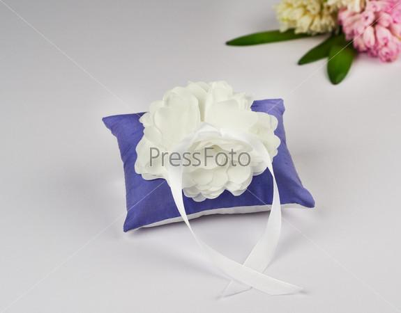 Красивая подушка для обручальных колец