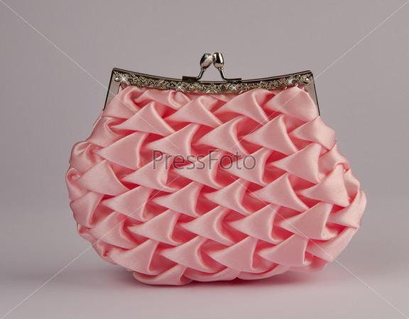 Женская сумочка на сером фоне