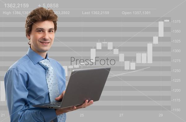 Фондовый брокер работает на ноутбуке