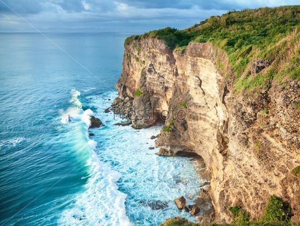 Волны и скалы