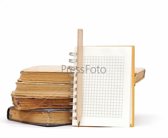 Карандаш, блокнот и стопка книг на белом фоне